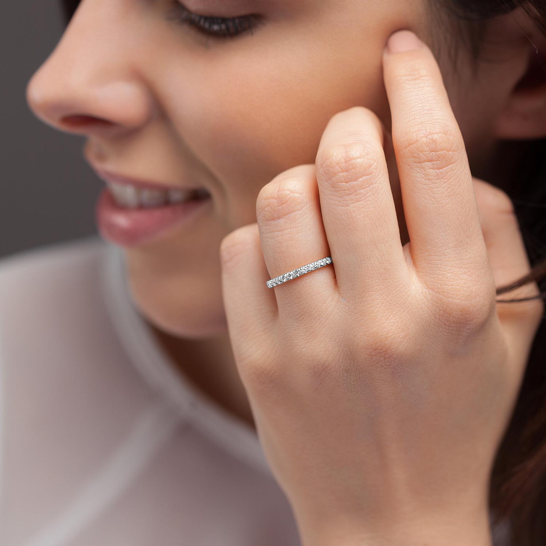 Bague La Poudrée en or gris palladié 18k 2 mm et demi-tour diamants avec visage